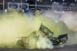 Victory-Lane für den Gesamtsieg: 1. NASCAR Camping World Truck Series 2015: Erik Jones, Kyle Busch Motorsports, beim Feiern