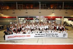 Чемпион 2015 года Марк Уэббер, Брендон Хартли, Тимо Бернхард, Porsche Team