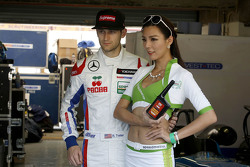 Ryan Tveter, Team West-Tec F3, Dallara Mercedes, mit Gridgirl