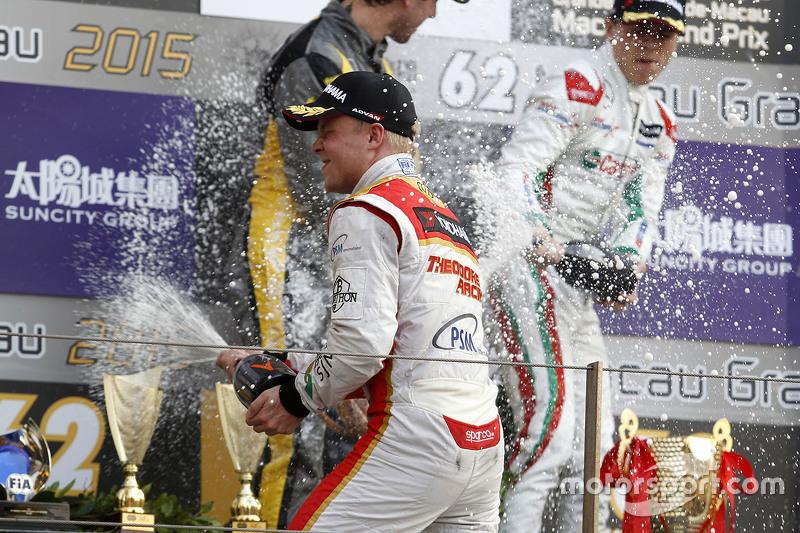 Podium: 1. Felix Rosenqvist, Prema Powerteam, feiert mit Champagner