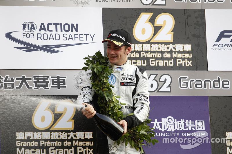 Podium: 2. Charles Leclerc, Van Amersfoort Racing, feiert mit Champagner