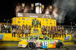 Racewinnaar en 2015 NASCAR Sprint Cup kampioen Kyle Busch, Joe Gibbs Racing Toyota viert feest met zijn vrouw Samantha en de Miss Sprint Cup meisjes