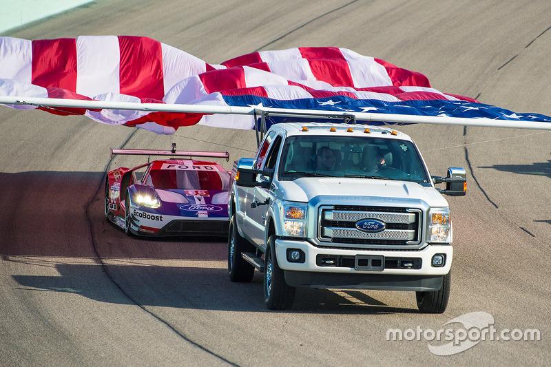 Pre-Race-Show: Die Flagge und der Ganassi-Ford