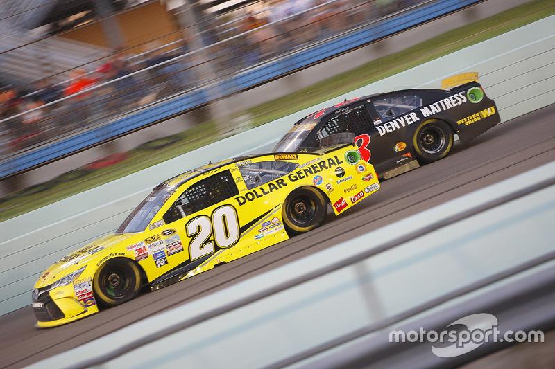 Matt Kenseth, Joe Gibbs Racing Toyota ve Martin Truex Jr., Furniture Row Racing Chevrolet