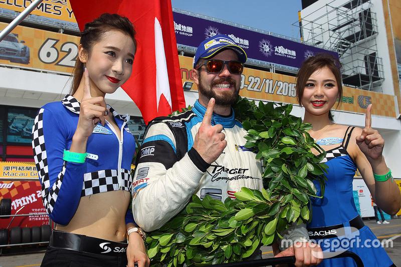 1. und TCR-Champion 2016: Stefano Comini, SEAT Leon, Target Competition, mit Gridgirls