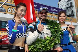 Pemenang balapan dan Juara TCR 2016 Stefano Comini, SEAT Leon, Target Competition dengan grid girl