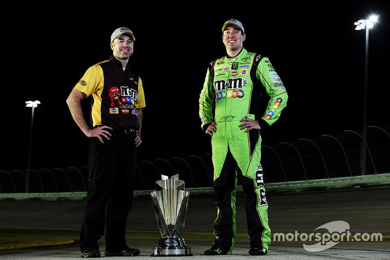 NASCAR Sprint Cup Чемпіон серії Кайл Буш з шефомом команди механіків Адам Стівенс