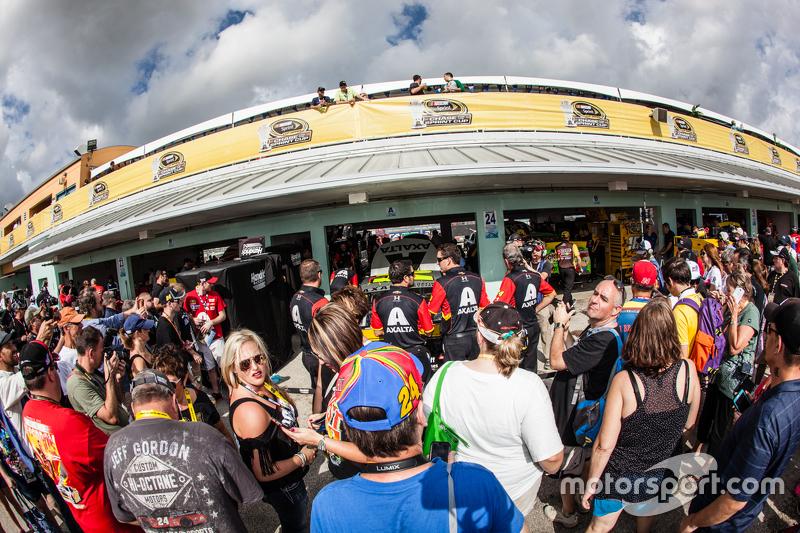 Fans bei der Garage von Jeff Gordon, Hendrick Motorsports Chevrolet