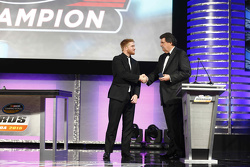 Campione 2015 Xfinity Series Chris Buescher con Mike Helton NASCAR Vice-Chairman