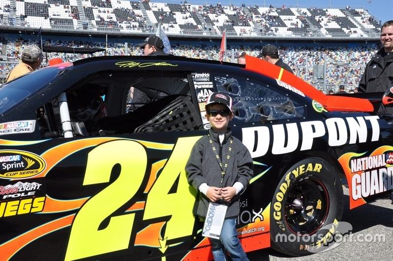 Felipe Bartz posa em frente ao carro de Jeff Gordon em Daytona em 2010