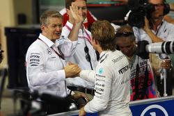 Ganador de la pole Nico Rosberg, Mercedes AMG F1 Team con Thomas Weber, Miembro de la Junta Directiv