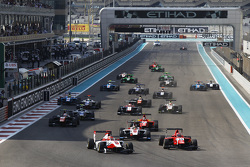 Start: Esteban Ocon, ART Grand Prix voor Kevin Ceccon, Arden International en Marvin Kirchhofer, ART Grand Prix