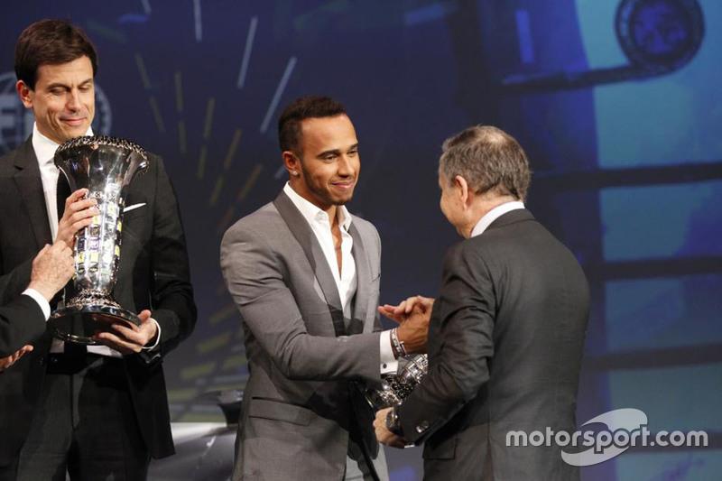 Toto Wolff, Lewis Hamilton e Jean Todt, presidente da FIA