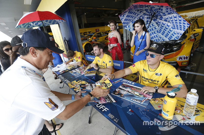 Rob Huff, Lada Sport Rosneft signs autograph for the fans