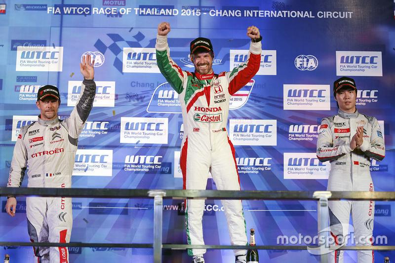 Race 2 podium: winner Tiago Monteiro, Honda Racing Team JAS, second place Sébastien Loeb, Citroën Wo