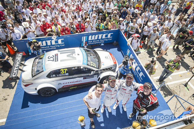 Podium: race winner Jose Maria Lopez, Citroën C-Elysée WTCC, Citroën World Touring Car team, second place Norbert Michelisz, Honda Civic WTCC, Zengo Motorsport, third place Ma Qing Hua, Citroën C-Elysée WTCC, Citroën World Touring Car team