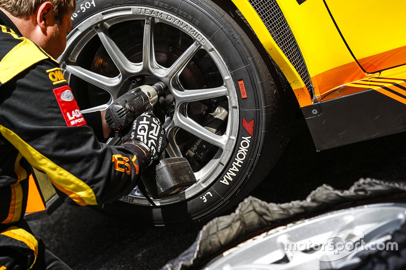 Lada Sport Rosneft mechanics at work