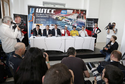 Прес-конференція: François Ribeiro, Eurosport Events MotorСпортивний директор, Хосе Марія Лопес, Citroën C-Elysee WTCC, Citroën World Touring Car team, Роб Хафф, Lada Sport Rosneft та Яп ван Лаген, Lada Sport Rosneft, Норберт Міцеліс, Honda Civic WTCC, Zengo Motorsport