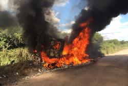 # 509 Renault: Martin van den Brink, Peter Willemsen, Richard Mouw'un aracı yanıyor