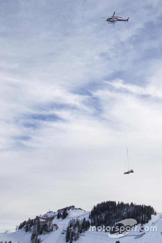 Max Verstappen, Red Bull Racing es trasladado en helicóptero