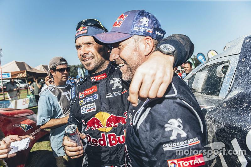 Ganador de la categoría de autos Stéphane Peterhansel con su compañero de equipo Cyril Despres, Peugeot Sport
