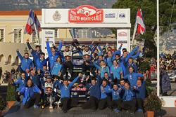 Podium:1. Sébastien Ogier, Julien Ingrassia, Volkswagen Motorsport feriert mit seinem Team den Sieg
