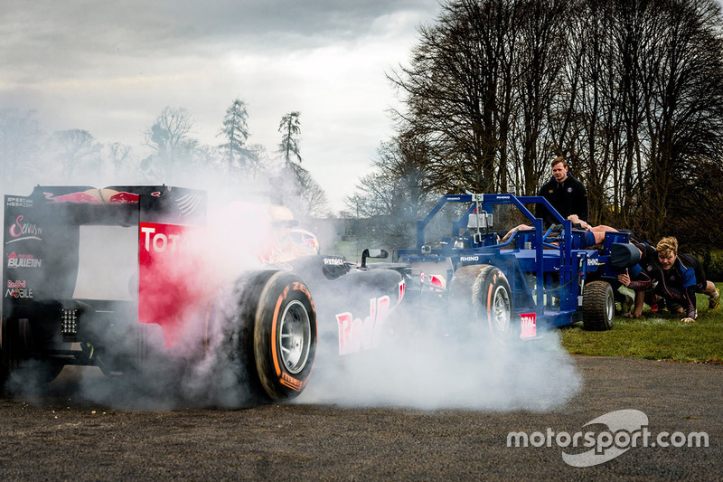 Carro da Red Bull mede forças com time de rúgbi