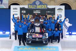 I vincitori Sébastien Ogier, Julien Ingrassia, Volkswagen Motorsport con il team