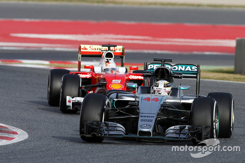 Lewis Hamilton, Mercedes AMG F1 W07 Hybrid lídera a Sebastian Vettel, Ferrari SF16-H