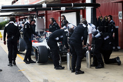 Jenson Button, McLaren MP4-31 nei box