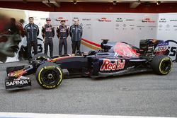 James Key, Scuderia Toro Rosso Technical Director met Max Verstappen, Scuderia Toro Rosso, Carlos Sainz Jr.,Scuderia Toro Rosso, Franz Tost, Scuderia Toro Rosso Team Principal en de Scuderia Toro Rosso STR11
