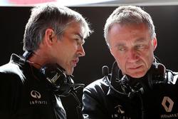 Ник Честер, директор по шасси Renault Sport F1 Team и Боб Белл, технический директор Renault Sport F1 Team