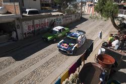 Jari-Matti Latvala, Miikka Anttila, Volkswagen Polo WRC, Volkswagen Motorsport, wordt gewassen bij een stoplicht