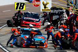 Kyle Busch, Joe Gibbs Racing Toyota, pitstop