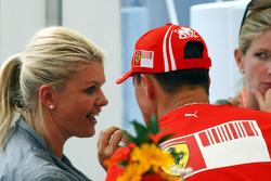 Corina Schumacher esposa de Michael Schumacher ,Scuderia Ferrari besando a Michael