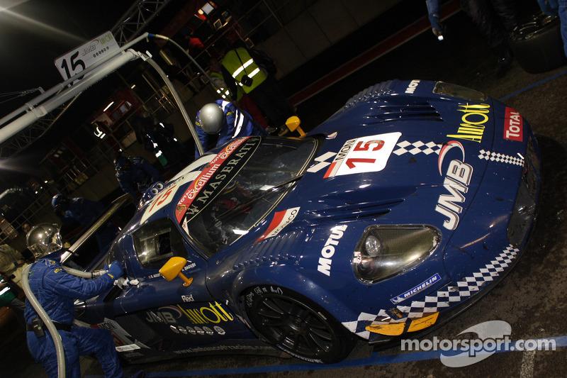 Pit stop for #15 JMB Racing Maserati MC 12: Ben Aucott, Alain Ferté, Stéphane Daoudi
