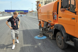 Sebastian Vettel, Scuderia Toro Rosso admires the track cleaner