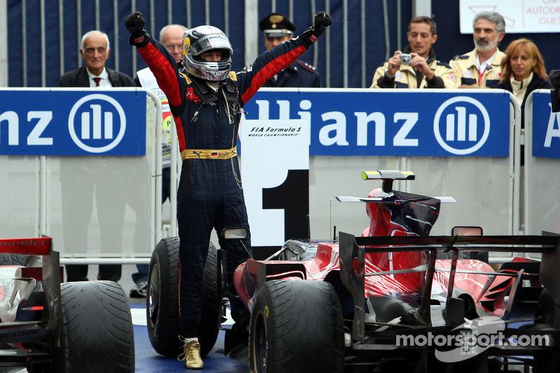 Siegerjubel: Sebastian Vettel ist ein Grand-Prix-Gewinner!