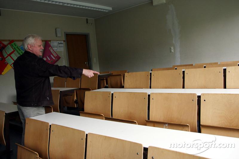Рідне місто Себастьяна Феттеля - Геппенгайм, Німеччина: гімназія Себастьяна Феттеля - його вчитель у 8-му класі Клаус Рітцерт