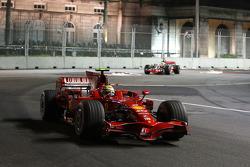 Фелипе Масса, Scuderia Ferrari, F2008 едет впереди Льюиса Хэмилтона, McLaren Mercedes, MP4-23