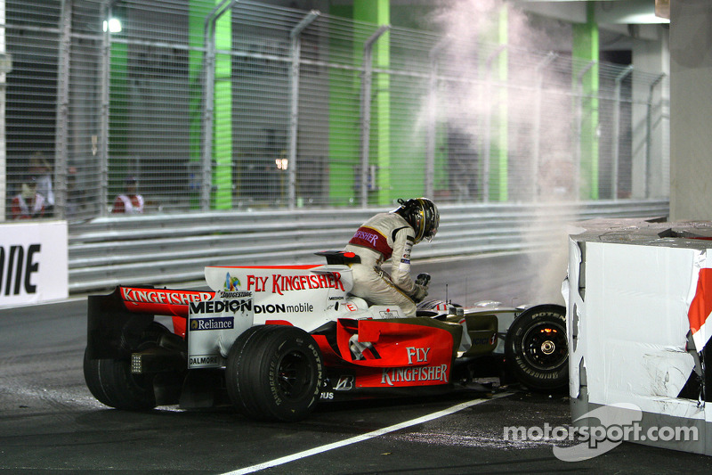 Crash: Adrian Sutil, Force India F1 Team