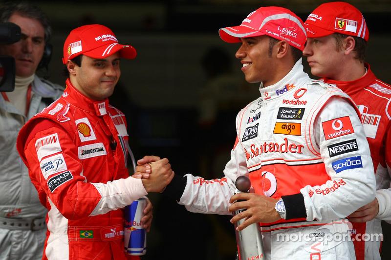 Ganador de la pole position Lewis Hamilton celebra con Felipe Massa