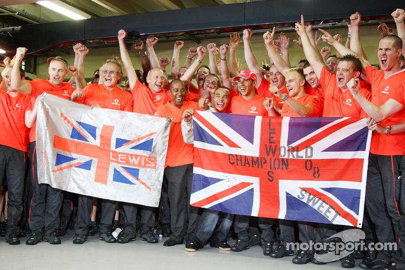 Lewis Hamilton comemora com Ron Dennis, Heikki Kovalainen e membros da equipe