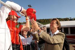 Luca di Montezemolo signs autographs