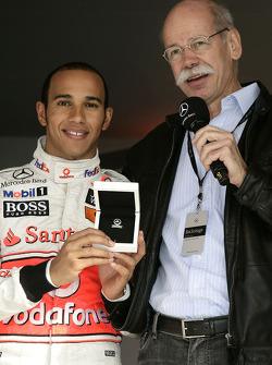 Le champion du monde Lewis Hamilton et le Dr. Dieter Zetsche, CEO Daimler AG