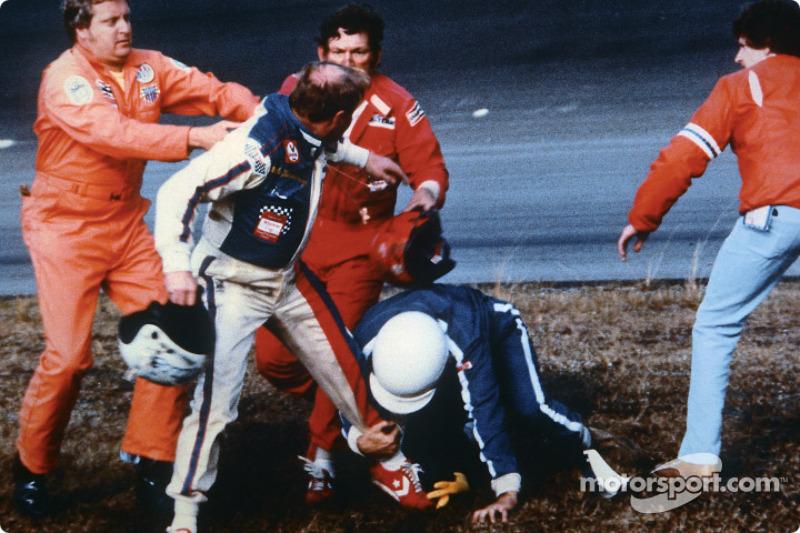 Cale Yarborough tient son casque dans sa main droite en se battant avec Bobby Allison et son frère Donnie