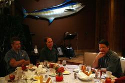 Rich Culbreth de MRN Radio et Mark Aumann de NASCAR.com questionnent  Johnny Benson durant un repas de presse