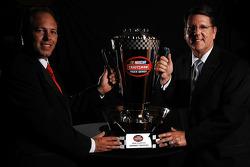 Johnny Benson et le capitaine d'équipe Trip Bruce posent avec le trophée NASCAR Craftsman Truck Series 2008