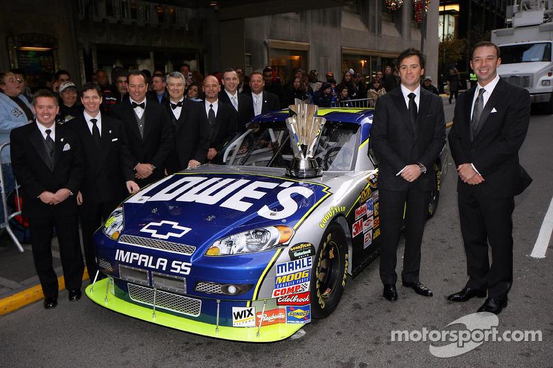 le champion de l'édition 2009 du NASCAR Sprint Cup  Jimmie Johnson pose avec le chef d'équipe Chad Knaus et l'équipage No. 48 Lowe Chevrolet avant le  NASCAR Sprint Cup Series Awards Ceremony au The Waldorf=Astoria