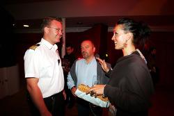 Captain, ship ve Mike Gascoyne Force India F1 Takım Şefi Technical Officer ve kız arkadaşı Sylvie, Fly Kingfisher Yat Partisi